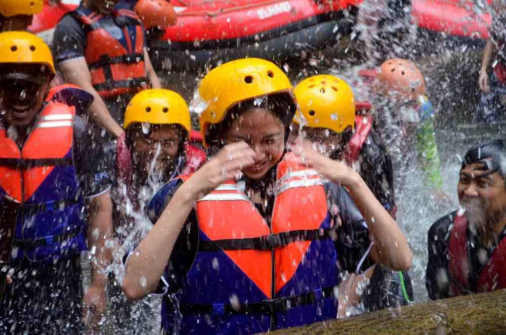 Keseruan Aktivitas Rafting di Pangalengan PT Rajawali Medika Mandiri, Tbk